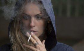 Молодежь часто считает табачные продукты менее вредными и верит Интернету больше, чем врачам