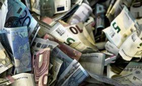 Банк из первой сотни начнет брать с клиентов деньги за хранение евро
