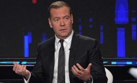 Медведев отправил нормативные акты СССР под «регуляторную гильотину»